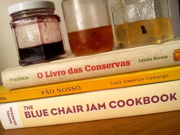 Livros favoritos e geleias de jabuticaba, pimentas brasileiras, maçã com baunilha