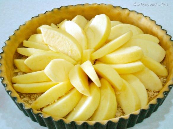 Muita maçã, muito carinho... E reparem na farinha de castanha lá por baixo para não enxarcar a massa...