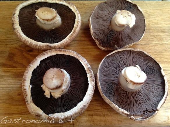 """Os cogumelos da esquerda são ideais para rechear pois tem as bordas altas. E os da direita viram um delicioso """"hambúrguer""""."""
