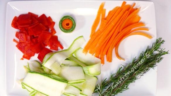 É importante manter os cortes em proporções diferentes pois os legumes têm tempos de cocção diferentes.