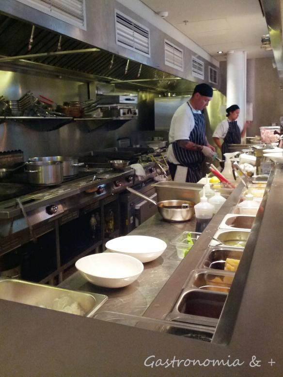 Cozinha aberta para o público ver a movimentação.
