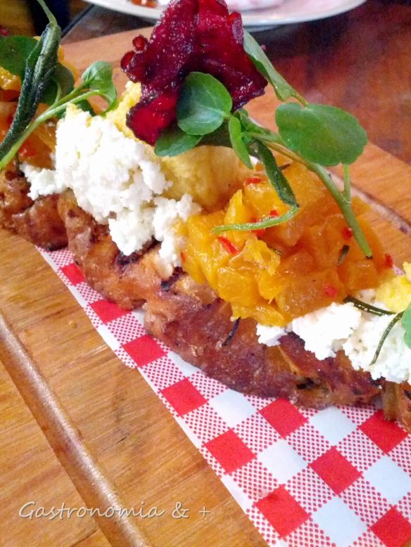 Esqueça a tradicional tomate, queijo e manjericão. ESTA é A bruschetta!
