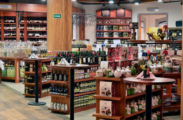 Empório com vinhos e produtos portugueses, além de porcelanas Vista Alegre e Galos de Barcelos!