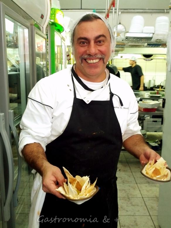 Para não morrer de fome o fofíssimo, simpático e sempre sorridente Stephan Kawijian serve coalhada seca com pitta quentinho