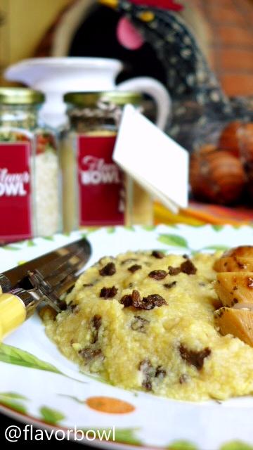 Polenta ao Funghi. Basta adicionar água e manteiga. Sirva como acompanhamento de uma proteína, se desejar.