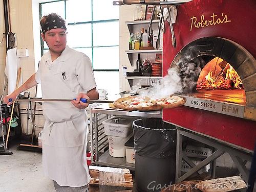 O forno de onde saem 750 pizzas num dia agitado!