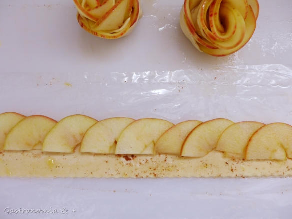 Sobreponha as fatias de maçãs para fazer o efeito