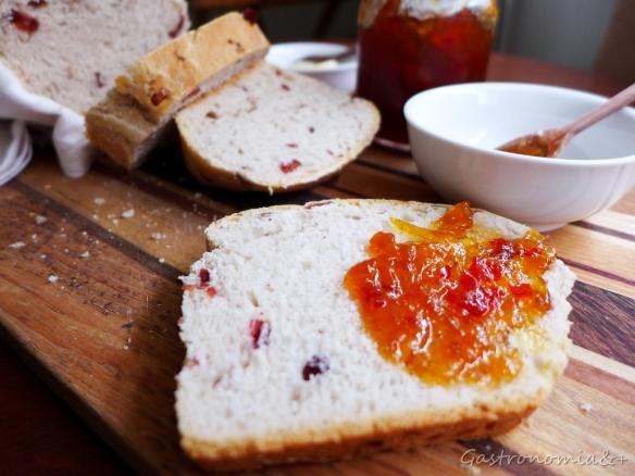 Deliciosamente fácil e perfumado. Este de castanhas e frutas viram torradas com geléias para o café da manhã!