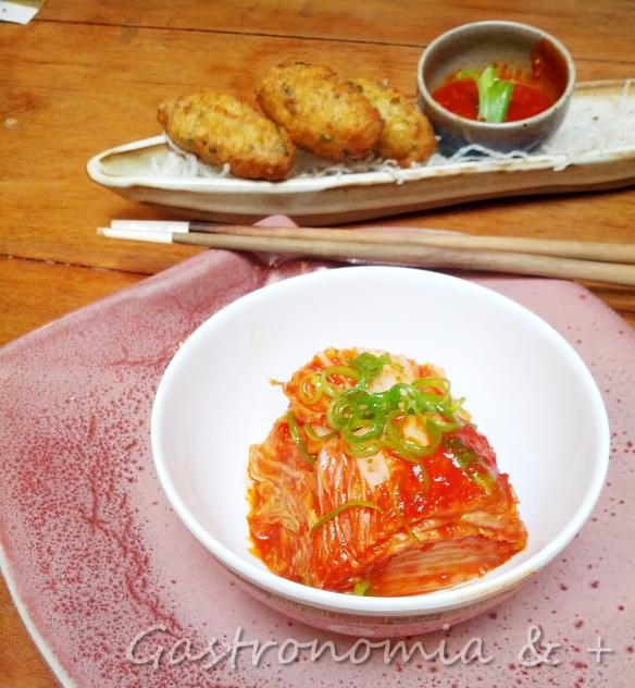 Um clássico na mesa da culinária coreana (ao fundo bolinhos de caranguejo)