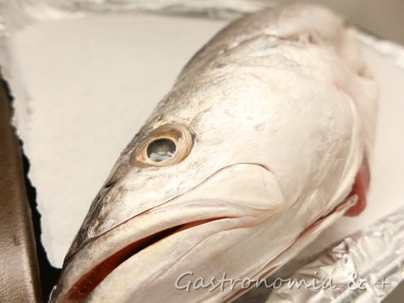 Olhos, pele e cor brilhantes. Assim é um peixe fresco