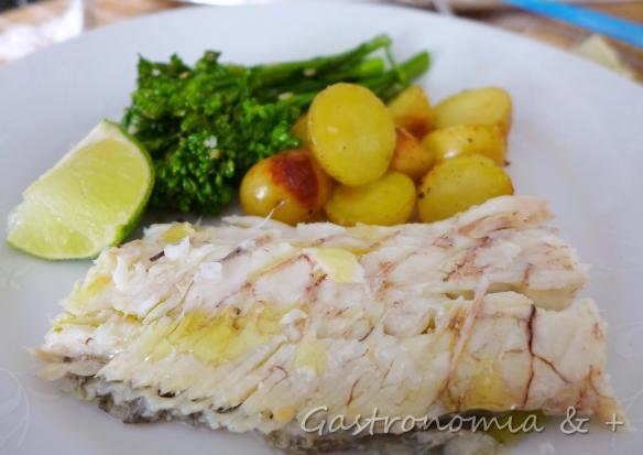 Peixe e legumes no forno. Quem disse que cozinhar é difícil?